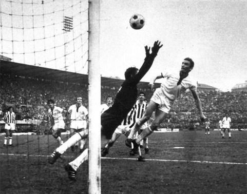 Serie_A_1969-70_-_Gigi_Riva_scoring_for_Cagliari_v_Juventus_in_Turin_(3)
