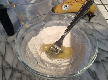 Start mixing the egg white and flour.