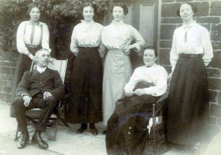 Smith-Family-at-Sulgrave-School-House-1913aw2