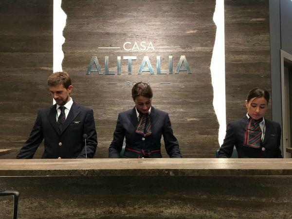 Le nuove uniformi Alitalia a Casa Italia
