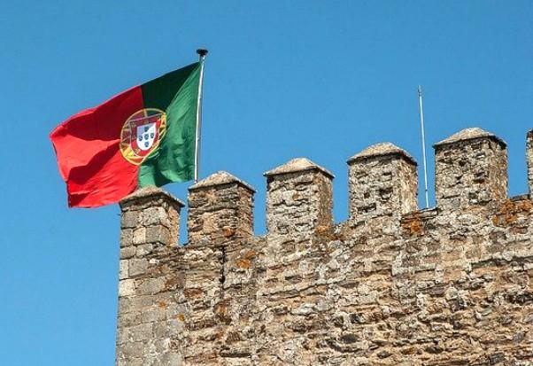 La bandiera portoghese sventola da una castello