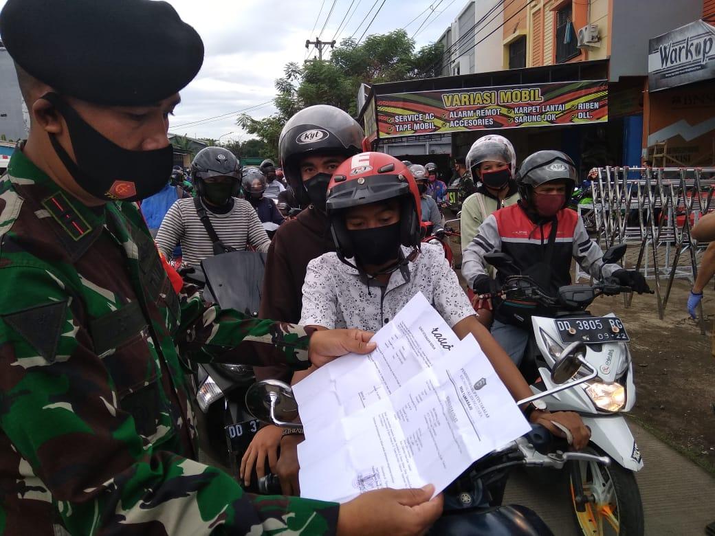 Petugas memeriksa surat keterangan bebas Covid-19