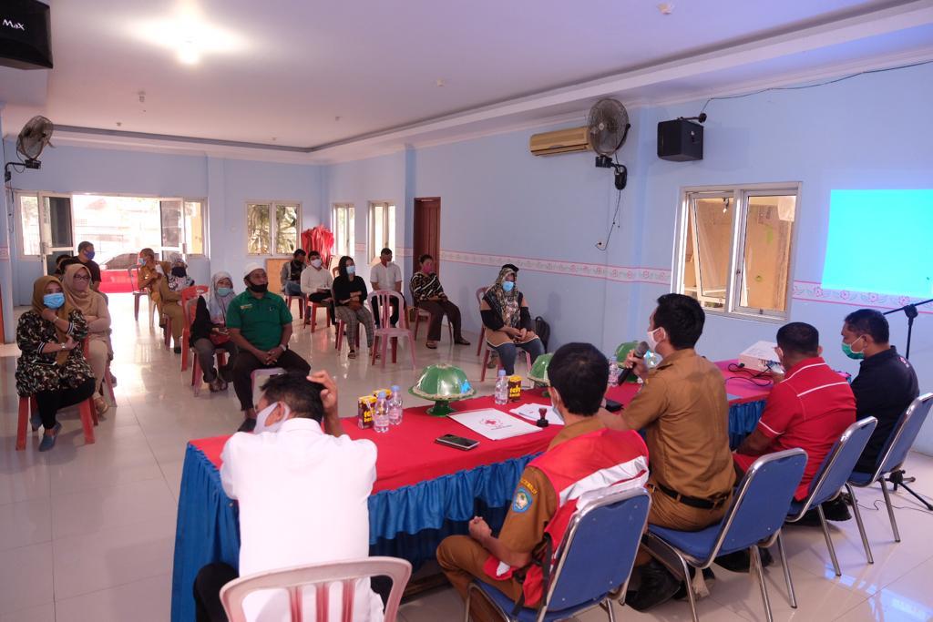 Suasana sosialisasi Penguatan Respon Masyarakat dalam Penanggulangan Covid-19 di Kantor Kecamatan Somba Opu dengan menerapkan protokol kesehatan ketat.