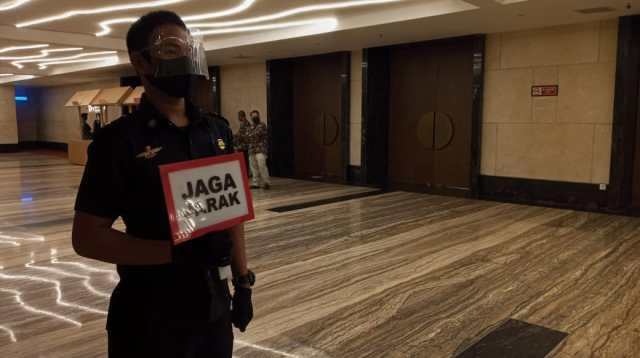 Salah satu karyawan Hotel Claro Makassar
