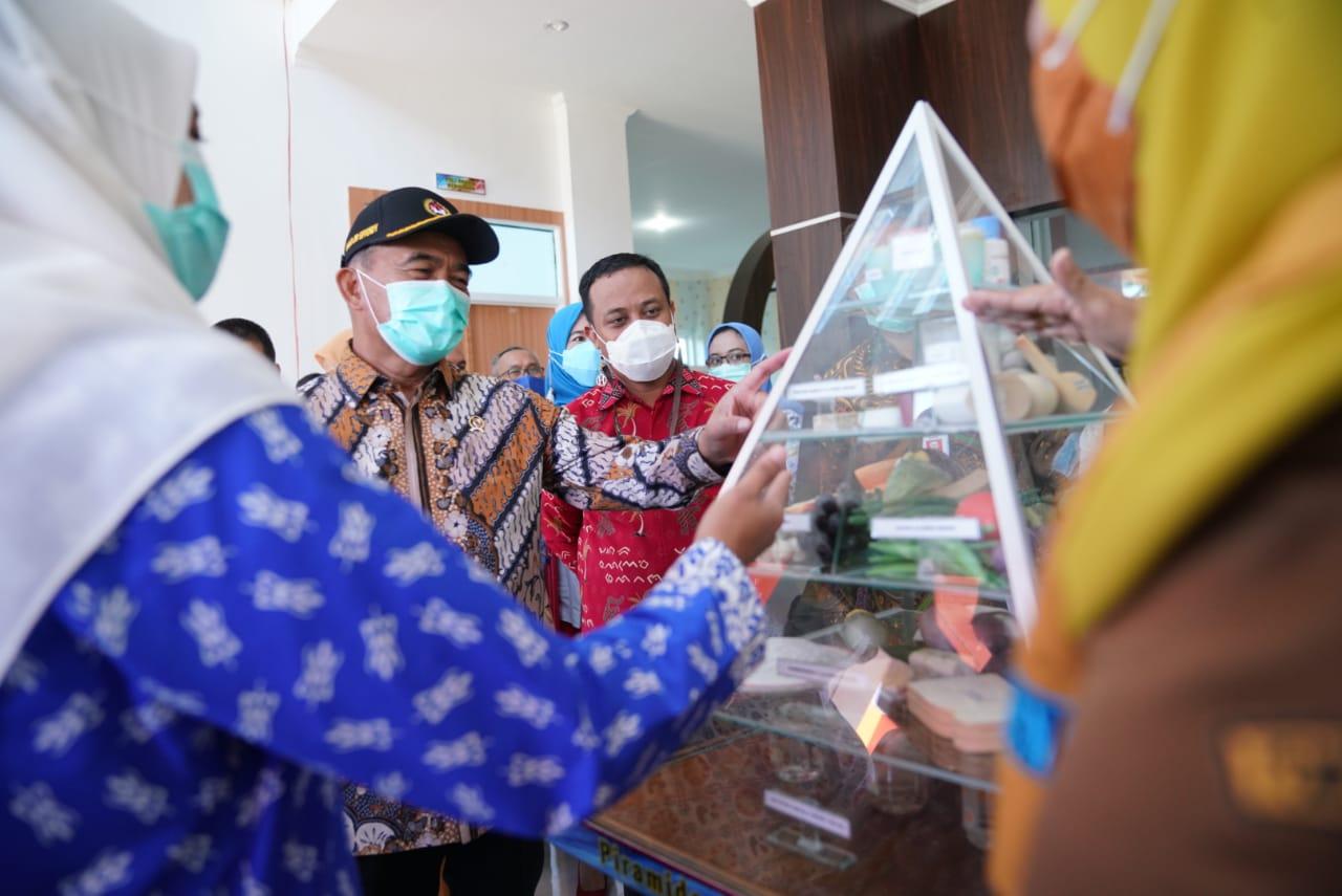 Menko Bidang Pembangunan Manusia dan Kebudayaan RI Muhadjir Effendy didampingi Pelaksana Tugas Gubernur Sulawesi Selatan Andi Sudirman Sulaiman saat meninju fasilitas Pusat Penanggulangan Gizi Terpadu Kabupaten Bantaeng