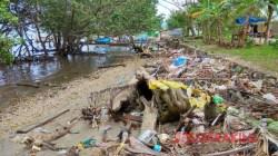 Tumpukkan sampah di pesisir pantai Mangolo, Kabupaten Kolaka, Sultra. (Foto: Zulfikar/SULTRAKINI.COM)