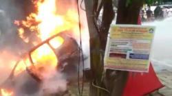 Mobil Avanza lude terbakar di sekitar MTQ, Kota Kendari, Sultra, Sabtu (18/8/2018), (Foto : Ist).
