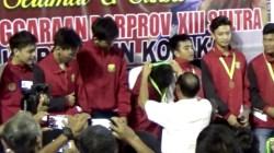 Wakil Bupati Kolaka, Muh. Jayadin saat mengalungkan medali kepada para juara di Porprov Sultra ke XIII. (Foto: Muh Yusuf /SULTRAKINI.COM)