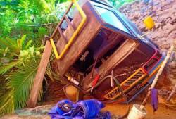 Mobil Pick-Up Pengangkut Semen Terjun Bebas Nyaris Timpa Rumah Warga
