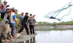 Pemda Konut Bersama Warga Panen Udang dan Ikan