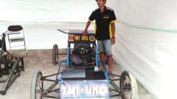 Thariq Hidayah Abdullah dan Mini Kart bertenaga listriknya pada Mechanical Expo UHO di pelataran Teknik UHO, Senin (8/4/2019). (Foto: Ade Putri/SULTRAKINI.COM)