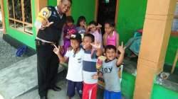 Nampak Brigadir Arianto salah seorang Bhabinkamtibmas Kelurahan Takimpo dan Holimbo saat berpose dengan sejumlah anak didiknya. (Dok Arianto untuk SULTRAKINI.COM)