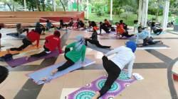 Komunitas Yogami Kendari di Taman Kota Kendari. (Foto: Istimewa).