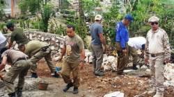 Nampak Anggota Satpol PP Buton yang dipimpin langsung oleh Kasatpol PP, Juriadin saat mengerjakan pembangunan rumah warga di Desa Gunung Jaya. (Foto: La Ode Ali/SULTRAKINI.COM).