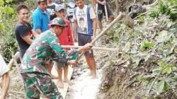 Perbaikan jalan menuju desa yang terdampak banjir oleh warga dibantua aparat TNI (Foto: Hasrianty/SULTRAKINI.COM)