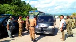 Satpol PP Kabupaten Buton mencatat pegawai yang terlambat masuk kantor di Pertigaan Kompleks Perkantoran Takawa, Senin (29/7/2019). (Foto: La Ode Ali/SULTRAKINI.COM)