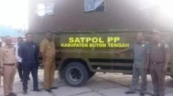 Bupati Buton Tengah, Samahuddin, saat menyerahkan bantuan mobil Dalmas kepada Satpol PP, Senin (4/11/2019). (Foto: Ali Tidar/SULTRAKINI.COM)