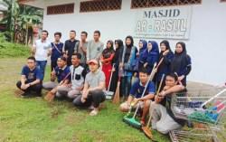 Karyawan Hotel Azizah Syariah Kendari Bersih-bersih Masjid