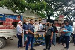 Relawan Milenial Laode Ida Bantu Paket Sembako Warga Kendari Terdampak Covid-19