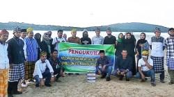 Sejumlah pengurus Pokdarwis Puma foto bersama Wakil Kepala Dinas Pariwisata Baubau Moh Abduh usai acara pengukuhan di pantai Puma, Selasa (28 Juli 2020).