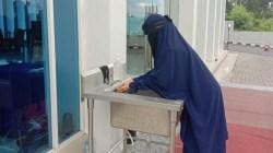 Tamu Azizah Syariah Hotel & Convention Kendari wajib cuci tangan sebelum masuk (Foto: Wa Rifin/SULTRAKINI.COM)