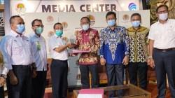 Kepala Biro Hukum KLHK, Maman Kusnandar menyerahkan SK ke Sekda Wakatobi La Jumadin, bertempat di Gedung Manggala Wana Bakti KLHK RI, disaksikan oleh Kepala Biro Humas KLHK, Kepala Pusat Kebijakan Strategis KLHK RI, Ketua DPRD Wakatobi Hamiruddin, dan Kadis DLH Wakatobi (Foto: Istimewa)