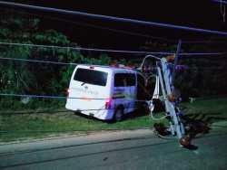 Mobil Ambulans Tabrak Tiang Listrik Hingga Rubuh Didepan Gedung DPRD Kendari