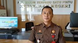 Kasipidum Kejaksaan Negeri Muna Agus R. Sanjaya dikantornya, (Foto: LM Nur Alim/SULTRAKINI.COM)