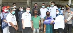 Bupati dan Wakil Bupati Koltim Bantu Penangan Korban Puting Beliung di Lambandia