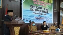 Direktur PDAM Muna Muhammad Nurhayat Fariki (dipodium) saat memberikan sambutan usai dilantik, (Foto: LM Nur Alim/SULTRAKINI.COM)