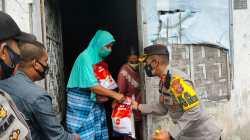 Kapolres Wakatobi, AKBP Suharman Sanusi, dan Perwira penghubung (Pabung) TNI-AD Wakatobi, Mayor Arham Katili saat menyalurkan paket sembako kepada masyarakat. (Foto: Ist)