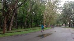 Tampak sejumlah warga Konawe joging di ruas jalan seputaran kompleks perkantoran Bupati Konawe, (Foto: Andi Nur Aris.S/SULTRAKINI.COM)