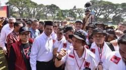 Andi Amran Sulaiman (pakai kopian) bersama rombongan ProJo Sulsel. (Foto: Ist)