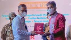 Wali Kota Kendari, Sulkarnain Kadir saat menerima penghargaan. (Foto: Al Iksan/SULTRAKINI.COM)