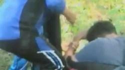 Para pelaku saat melakukan penganiayaan (Foto: Amran Mustar Ode/SULTRAKINI.COM)