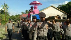 Kapolres Wakatobi Ditandu Polisi