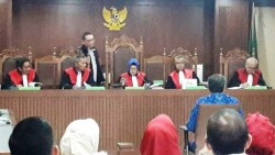 Gubernur Nur Alam Didakwa Korupsi Bersama Kadis ESDM Sultra