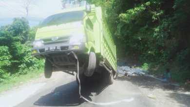 Photo of Truk Pengangkut 7 Ton Besi Baja Nyaris Terbalik di Kolut
