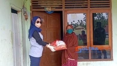 Bagikan 148 Paket Sembako di Lokasi Lockdown, Begini Pesan Ketua PMI Konawe Titin Nurbaya
