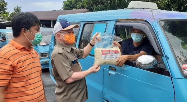 Pemprov Bagikan 800 Paket Beras untuk Sopir Mikrolet