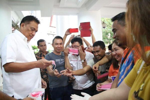 Bagikan Masker, Gubernur  Olly Dukung Jurnalis Sulut Beritakan COVID-19