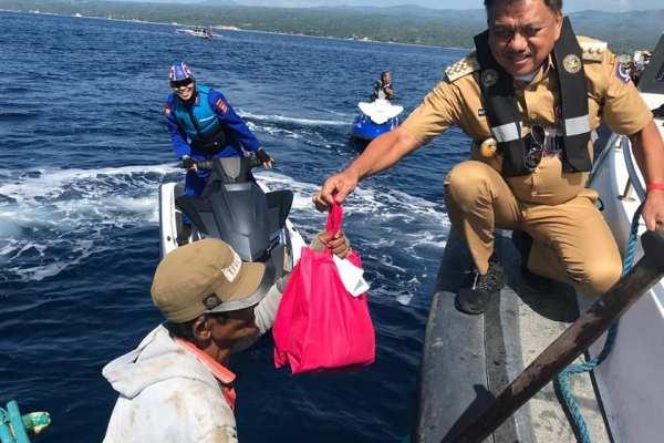 Gubernur Olly Bagi Sembako di Tengah Laut, Nelayan Gembira