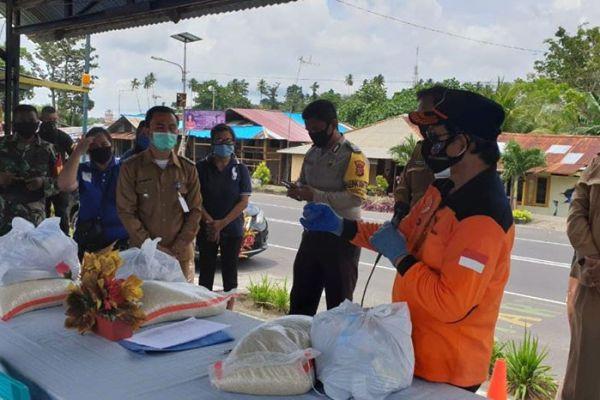 Walikota GSVL Turun Langsung Serahkan Paket Bantuan Bahan Pokok di Kepulauan