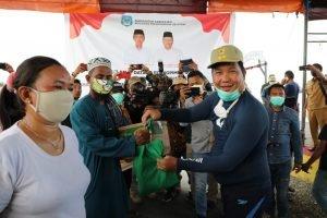 Wagub Kandouw Bagi-bagi Sembako untuk Masyarakat Pesisir Boltim dan Bolsel