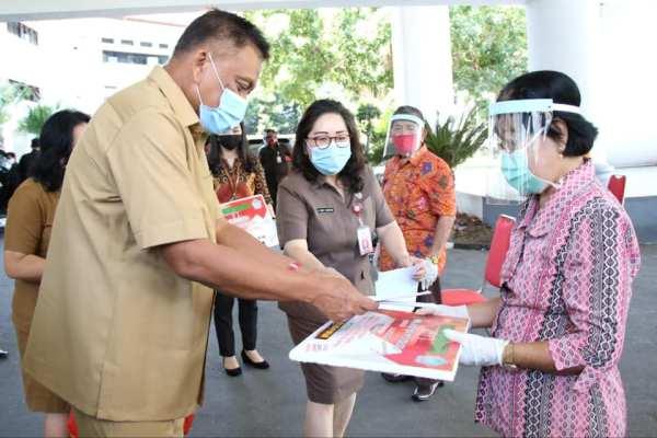 Gubernur Olly Serahkan Bantuan Kemensos Senilai Rp 4,93 M untuk 1.826 Lansia di Sulut