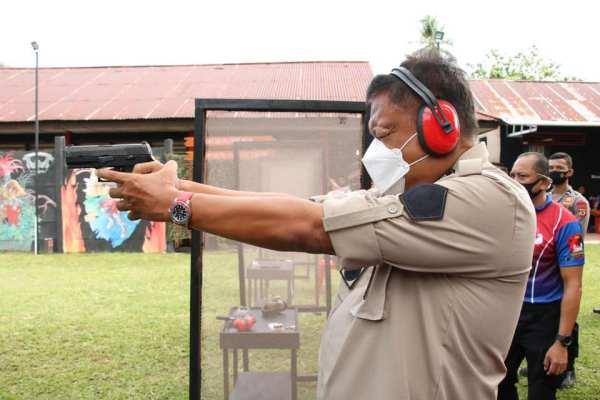 Ikuti Kegiatan Hari Bhayangkara ke 74, Gubernur Olly Tembak-Tembakan di Markas Brimob