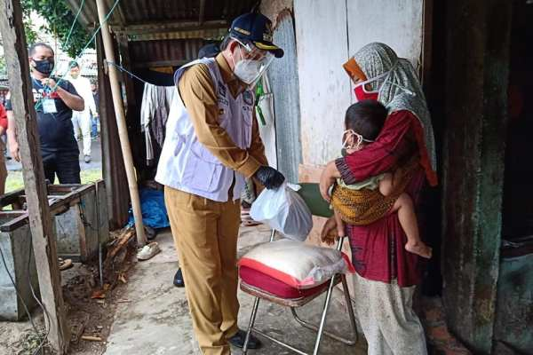 Hujan dan Jadwal Padat Tidak Menyurutkan Niat dan Semangat, Walikota GSVL Turun Langsung Salurkan Bantuan Ke Masyarakat di Kelurahan Paal 4 Kecamatan Tikala