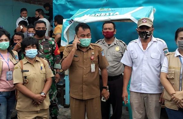 Mewakili Walikota, Kadis Sosial  Serahkan Bansos Sebanyak 2067 Penerima Tahap 2 di Kelurahan Banjer Kecamatan Tikala