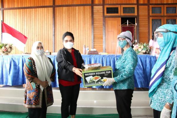 Ibu Rita Serahkan Bantuan Peralatan Catering untuk Kelompok Perempuan Desa di Mitra dan Boltim