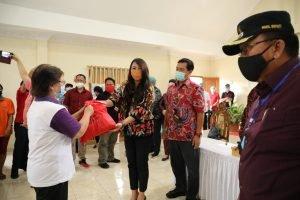 Salurkan Bansos IKM, 341 Paket Sembako Diserahkan Wagub Kandouw dan Dokter Devi